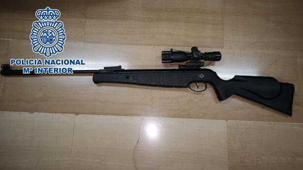 El rifle de aire compriomido intervenico al vecino en Alicante