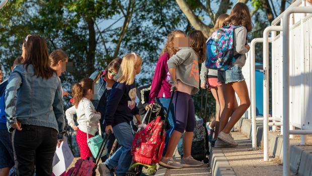Niños, a la entrada del colegio