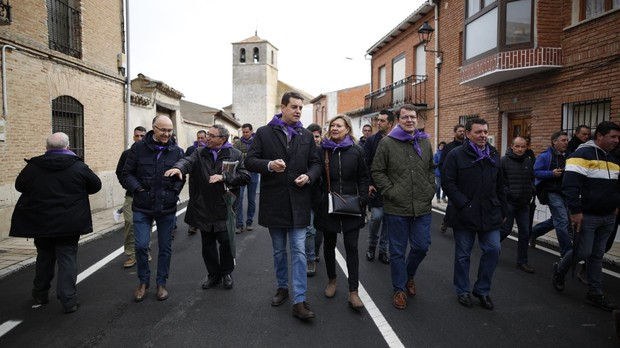 Del Olmo, Mañueo e Ibáñez, entre otros, pasean por una de las calles de Villalar de los Comuneros