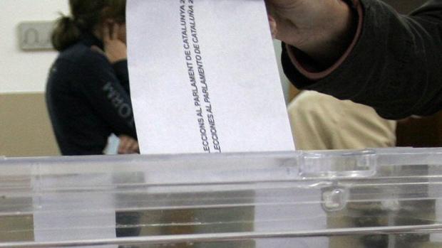 Una mesa electoral en unas elecciones anteriores al Parlamento de Cataluña