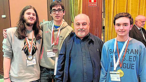 Fernando Fernández (el primero a la izquierda), con Carlos Víllora y Martín Torres, los otros dos alumnos de la región que participaron en la XXX Olimpiada Española de Física, y el profesor Enrique Arribas