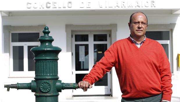 Carlos Vázquez, alcalde de Vilarmaior, frente a la Casa Consistorial
