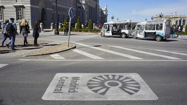 Señalización en la calzada de la entrada al área de Madrid Central