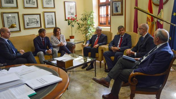 Un momento de la reunión entre la consejera de Empleo, el alcalde y directivos de Ehlis