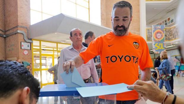 Un hincha del Valencia votando este domingo