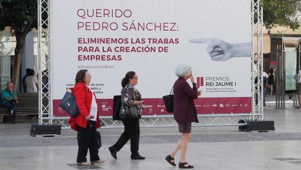 Uno de los carteles reivindicativos de más facilidades para la investigación colocados por la Fundación Premios Jaume I en las calles de Valencia