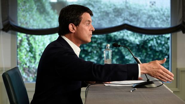 Manuel Valls anuncia a la prensa su intención de aupar a Ada Colau
