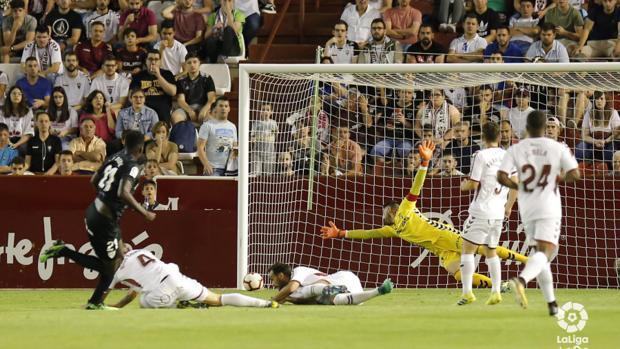 N'Diaye en el momento de marcar el 0-2, con varios defensas manchegos en el suelo