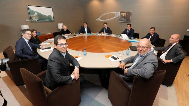 El secretario de Acción Institucional de Ciudadanos, José María Espejo (I), y el presidente de Ciudadanos en CyL, Francisco Igea , durante la reunión mantenida ayer