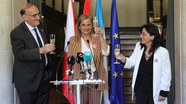 Los responsables de la Universidad de Vigo brindan con la presidenta de la Diputación, Carmela Silva, tras la firma del convenio