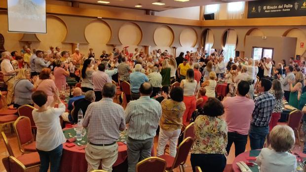 Vecinos aplaudiendo a la concejal alicantina durante la comida homenaje