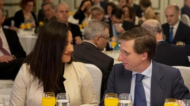 Begoña Villacís y José Luís Martínez Almeida en el Foro Nueva Economía