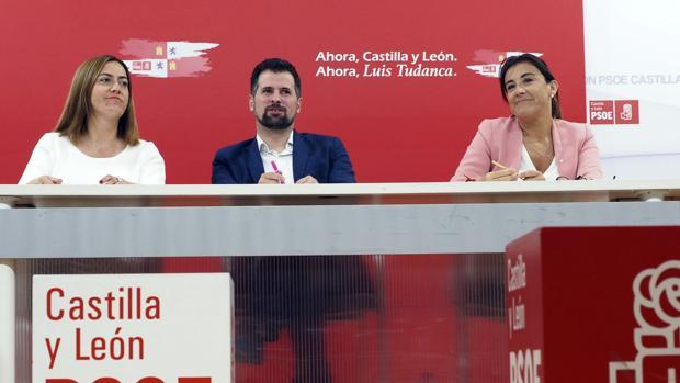 El candidato del PSOE a la Presidencia de la Junta de Castilla y León, Luis Tudanca, junto a Virginia Barcones y Ana Sánchez en una imagen de archivo