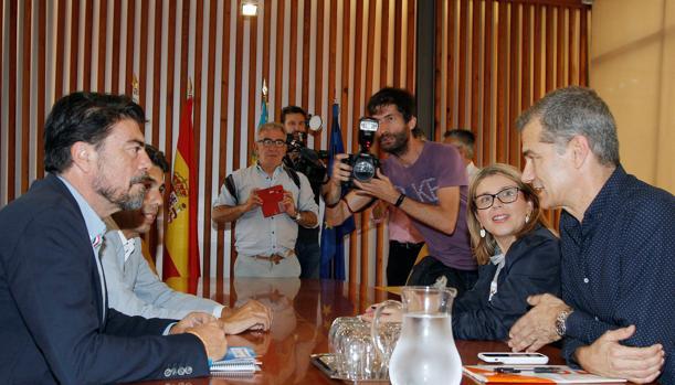 El alcalde de Alicante en funciones, Luis Barcala, y su compañero del PP, Carlos Mazón, durante la reunión con el líder de Ciudadanos en la Comunitat Valenciana, Toni Cantó y su compañera Mari Carmen Sánchez
