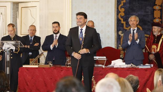 Luis Barcala con la vara de mando en su investidura como alcalde de Alicante, este sábado