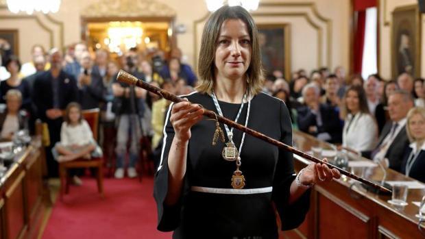Lara Méndez posa con el bastón de mando, instantes después de ser elegida alcaldesa