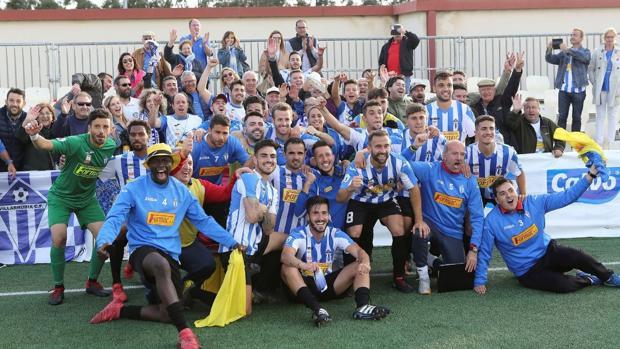 Los jugadores del Villarrubia celebran el pase a la final del «play-off» en tierras gallegas