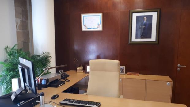 Imagen tomada este martes en el despacho del alcalde de Palma, con el retrato del Rey al fondo