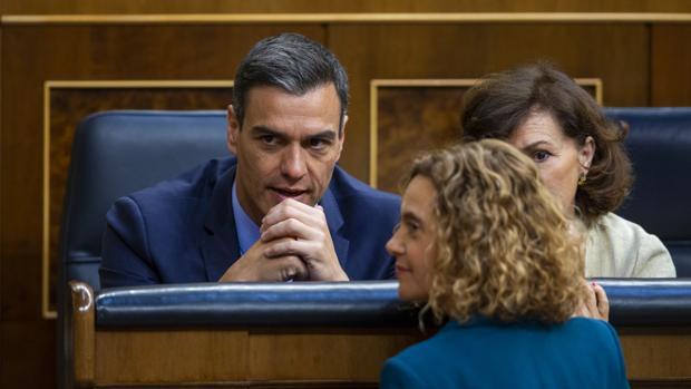 Pedro Sánchez, Meritxell Batet y Carmen Calvo en el pleno de constitución del Congreso