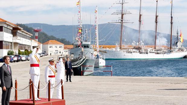 Don Felipe, acompañado por Alberto Núñez Feijóo, este martes en la Escuela Naval Militar, en Marín (Pontevedra)