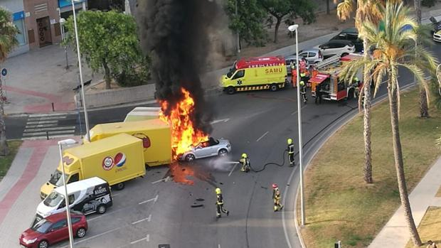 Imagen del coche tras incendiarse en la rotonda en Alicante