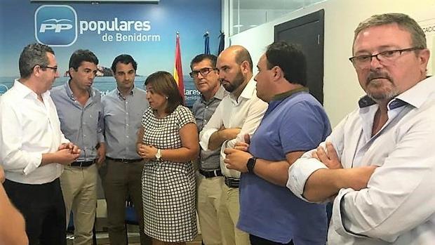 Pérez, Mazón, Dolón y Bonig, con otros representantes del PP, este lunes en Benidorm