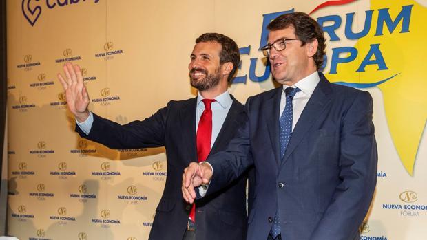 Alfonso Fernández Mañueco, junto a Pablo Casado al comienzo del desayuno informativo