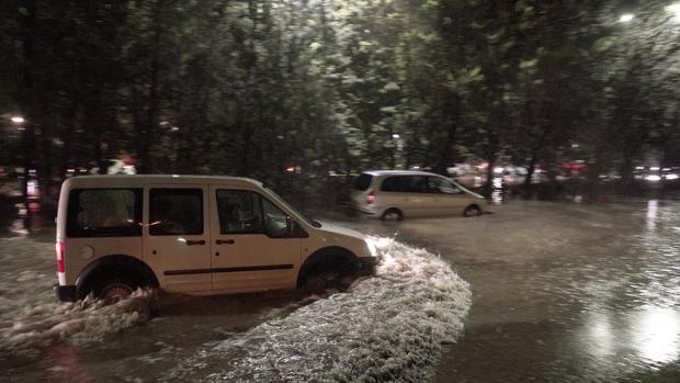 Coches bloqueados durante la tormenta en Valladolid