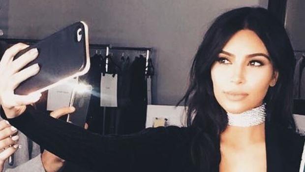 Kim Kardashian con la funda «LuMee»