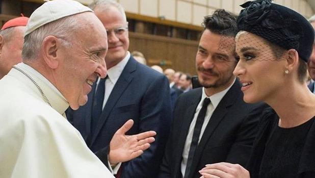 El Papa Francisco conversa con Katy Perry en presencia de orlando Bloom