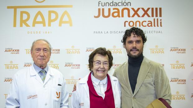 El torero Miguel Abellán, junto a los fundadores de la Fundación Juan XXIII Roncalli, Luis Arroyo y Amparo Martínez