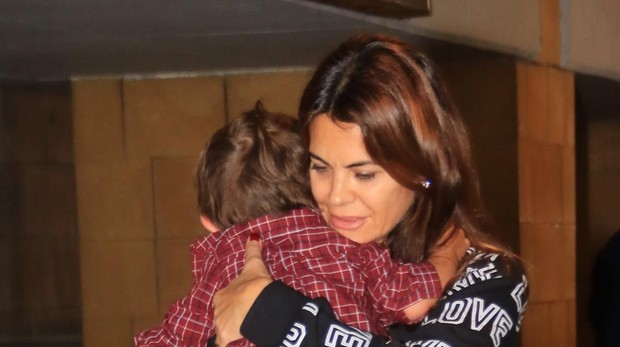 María José Suárez y su hijo Elías Nieto en el aeropuerto de Sevilla en noviembre del año pasado