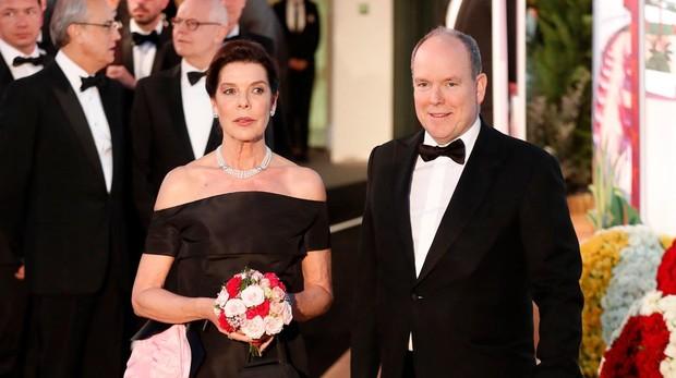 Carolina y Alberto de Mónaco a su llegada a la gala