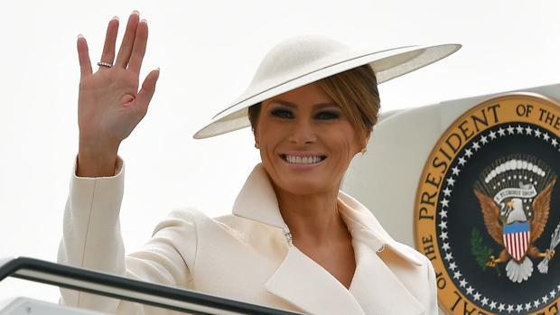 Melania Trump, en el aeropuerto de Southampton el pasado miércoles, con un sombrero tipo plato de Phillip Tracy