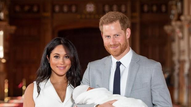 Meghan Markle y el Príncipe Harry con su hijo Archie, días después de su nacimiento.