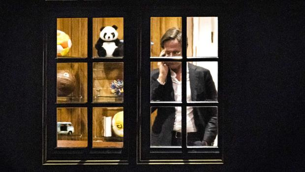 Mark Rutte: el primer ministro holandés soltero que colecciona balones