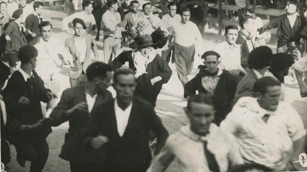 Segundo encierro de los Sanferminies de 1933. Los toros de Manuel Blanco entran por la puerta de la plaza