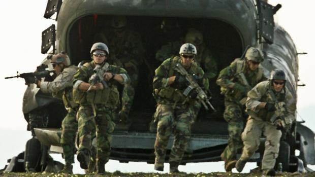 SEALs saliendo de un CH-47D Chinook