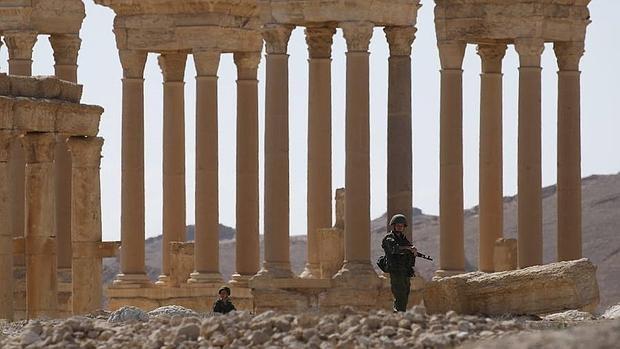 Un soldado ruso patrulla las ruinas de la antigua ciudad de Palmira