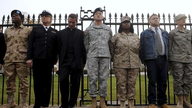 Ex militares y activistaspro-derechos civiles de los gays, lesbianas, bisexuales y transexualesse manifestan para pedir la derogación de la controvertida ley «Don'tAsk, Don't Tell»