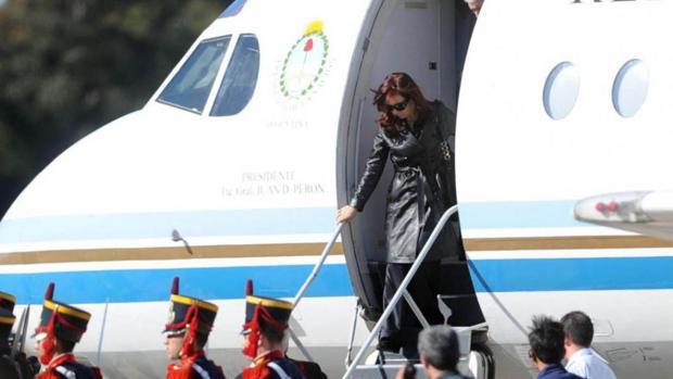 Cristina Fernández de Kirchner, en una imagen de archivo, baja del avión presidencial Tango