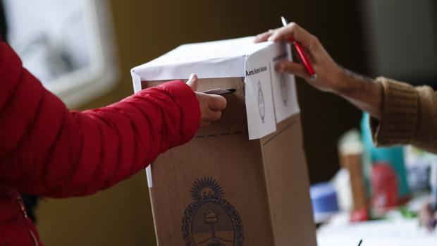 Ciudadanos argentinos ejercen su derecho al voto