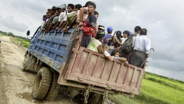 Civiles evacuan una zona cercana al lugar donde se ha producido un enfrentamiento entre militares y rohinyás en el estado de Rakhine