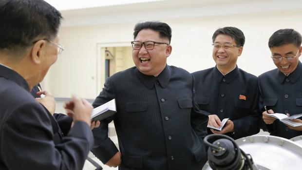 El dictador norcoreana posa junto a una bomba de hidrógeno