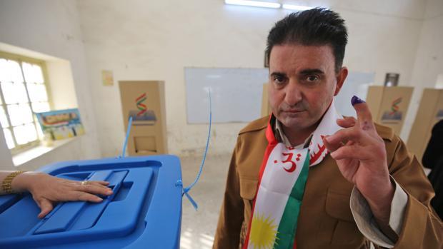 Un kurdo iraquí tras votar en el referendum de independencia