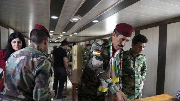 Miembros de las Fuerzas de Seguridad kurdas votan durante la celebración del referéndum de independencia del Kurdistán en un colegio electoral de Erbil, al norte de Irak