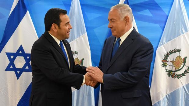 El presidente de Guatemala, Jimmy Morales, junto al primer ministro israelí, Benjamin Netanyahu