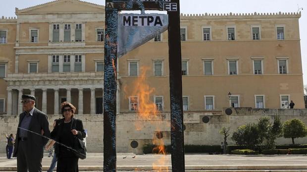 Una guillotina empleada durante una protesta en Grecia