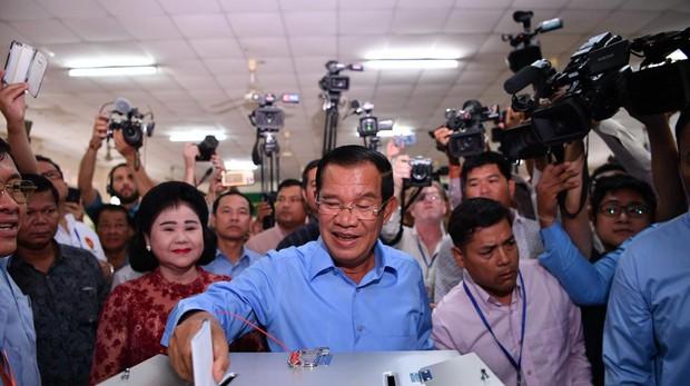 El primer ministro Hun Sen, en el momento de votar