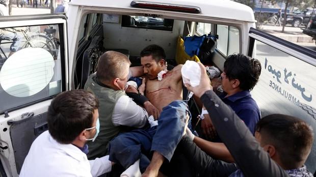 Un herido es evacuado tras un atentado suicida en Kabu